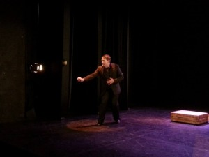 Tras la festiva inauguración que vivimos el pasado miércoles 18, con un Teatro Lope de Vega lleno y bailando al son de un Asier Etxeandia pletórico, el primer fin de semana de feSt nos ha traído grandes nombres, en formato de comedia, a las salas de Escenarios de Sevilla.