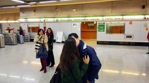 """La compañía Teatro a Pelo, que ha sorprendido a los viajeros de Metro de Sevilla con su serie teatral por capítulos, recuperará juntas las tres partes de """"Underground"""" el miércoles por la tarde."""